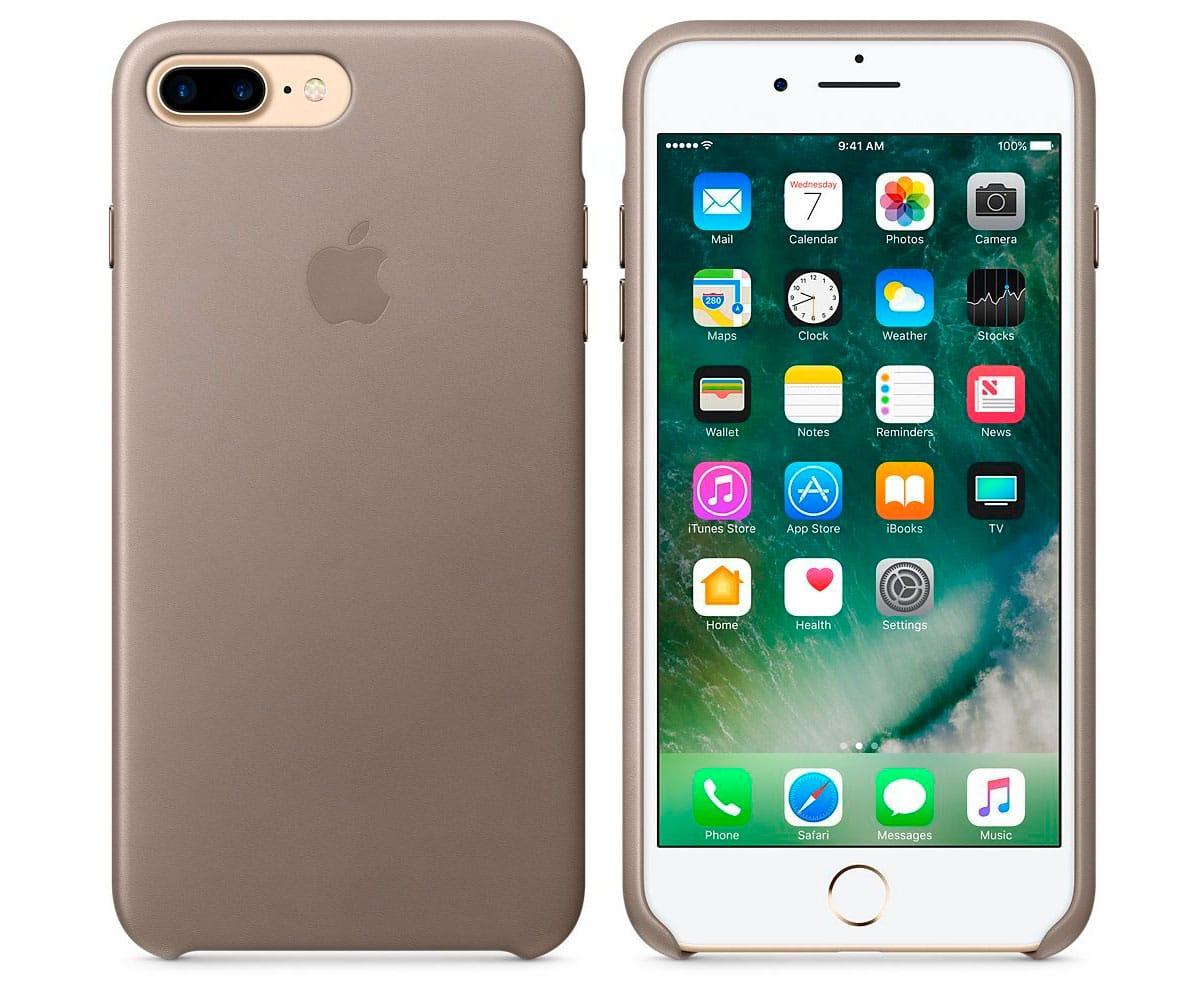 APPLE MPTC2ZM/A MARRÓN CARCASA DE PIEL IPHONE 7 PLUS/8 PLUS - Esta funda diseñada por Apple se adapta perfectamente al contorno del iPhone para protegerlo manteniendo su diseño ultrafino. Está fabricada en piel europea curtida y teñida con un proceso especial, es suave al tacto y adquiere un tono natural con el tiempo. El forro de microfibra protege el iPhone, y sus botones de aluminio combinan a la perfección con el acabado de la piel. Además puedes dejar la funda siempre puesta, incluso durante la carga inalámbrica.